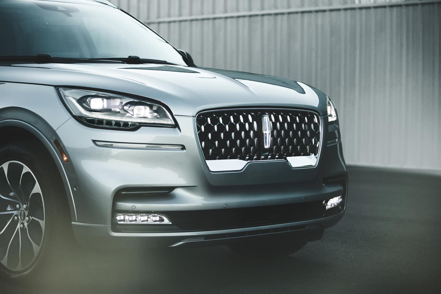 Picture of the headlamp of the Lincoln Navigator